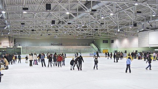 Eishalle - Besucher auf dem Eis