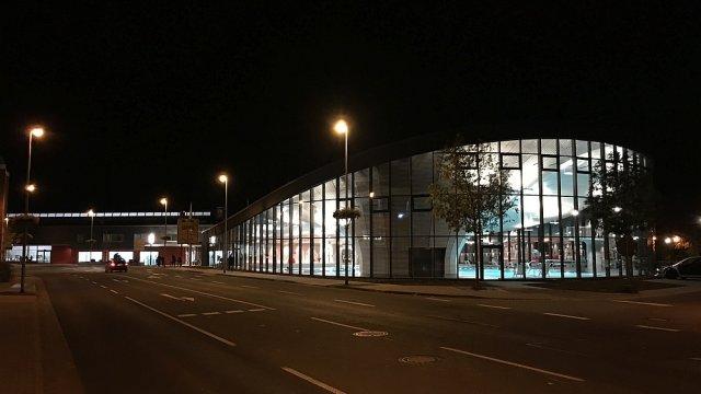 Neue Schwimmhalle 2020 - Außenaufnahme bei Nacht