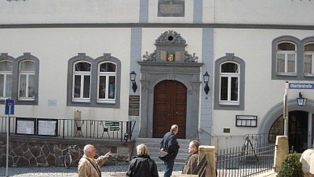 Stadtführung vor dem Rathaus