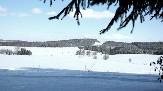 Blick über verschneite Wiesen zur A71, Foto: Horst Bradsch
