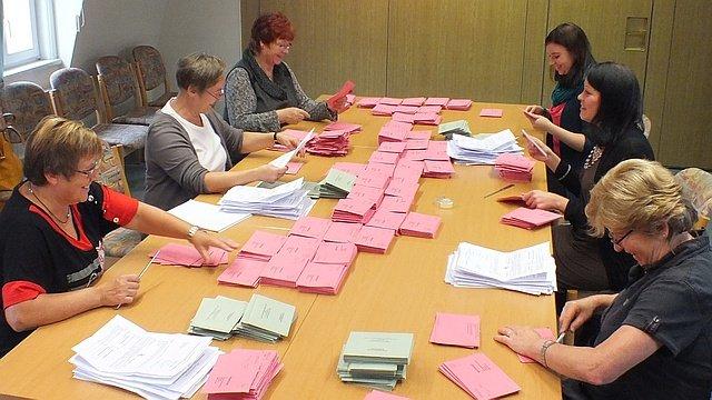 Briefwahlvorstand bei der Arbeit