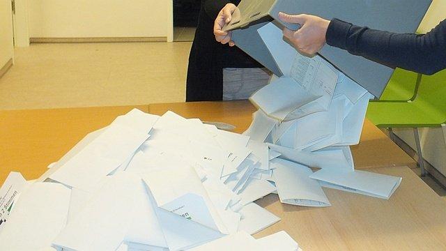 Wahlhelfer mit Wahlurne
