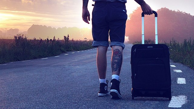 Wanderer mit Koffer