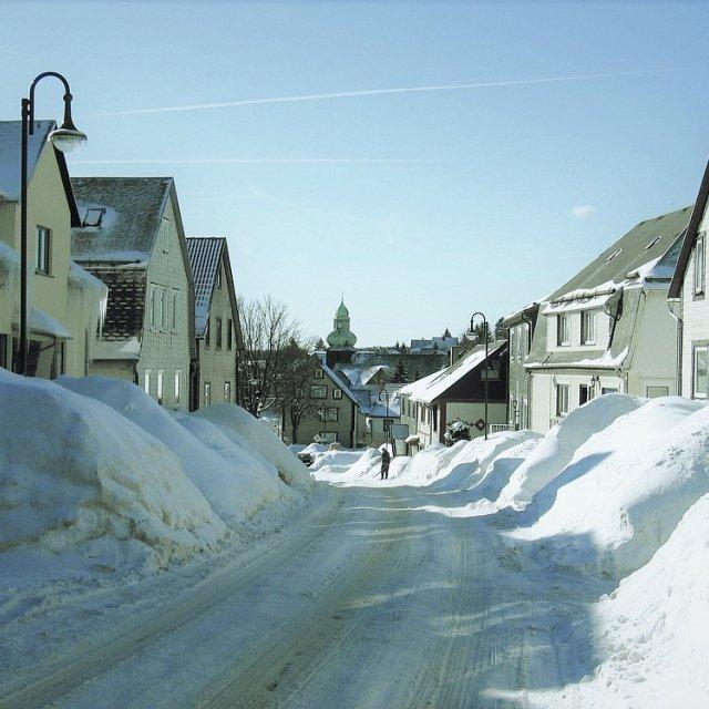 Frauenwald - Straßenansicht mit Kirche im Winter