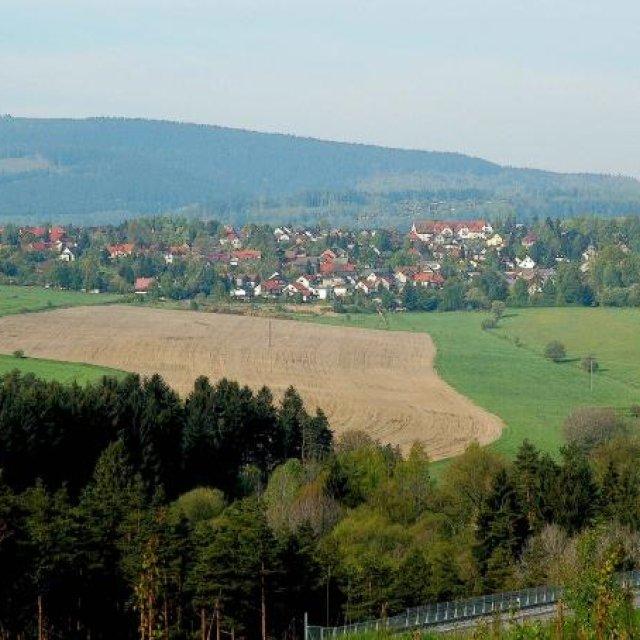 Blick auf Unterpörlitz, im Hintergrund der Kickelhahn