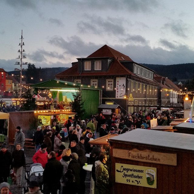 Blick Weihnachtsmarkt Langewiesen
