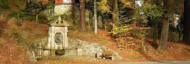 Friedrich-Hofmann-Brunnen in der Waldstraße im Herbst