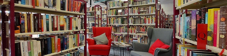 Bibliothek - Bücherregale und Sessel