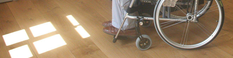 Rollstuhlfahrer im Museum