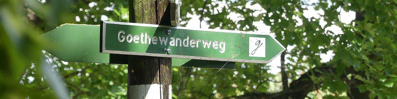 Wegweiser Goethewanderweg im Sommer