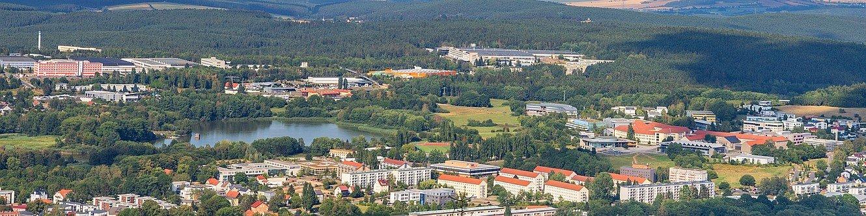 Ilmenau mit Blick nach Norden zum Industriepark Vogelherd, zu den Gewerbegebieten Auf dem Steine, Am Eichicht und Werner-von-Siemens-Straße sowie zur TU Ilmenau