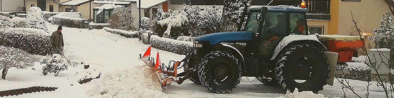 Traktor im Winterdiensteinsatz