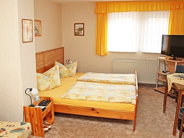 Doppelbettzimmer mit Schreibtisch