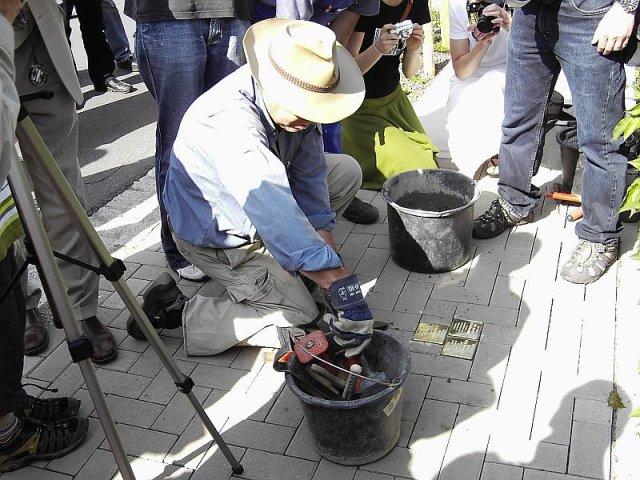 Verlegung der Stolpersteine im Jahr 2007 - Gunter Demnig bei der Arbeit
