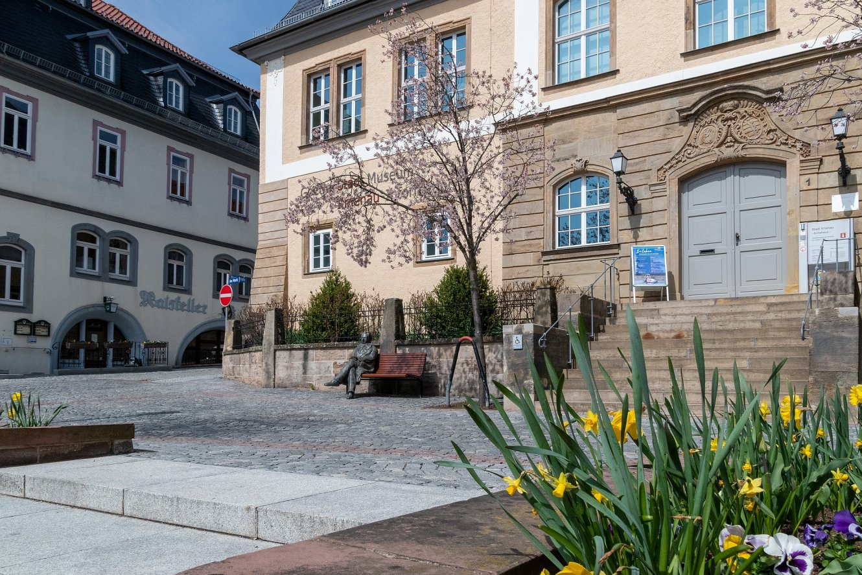 Amtshaus mit Rathaus (Teilansicht) im Frühling