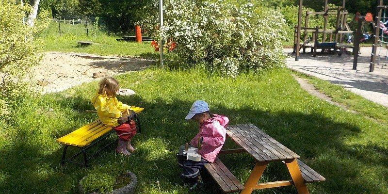Das Kindergartengelände lädt zu fantasievollen Spielen ein.