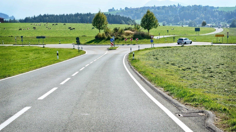 Straßenverkehr mit Wiese