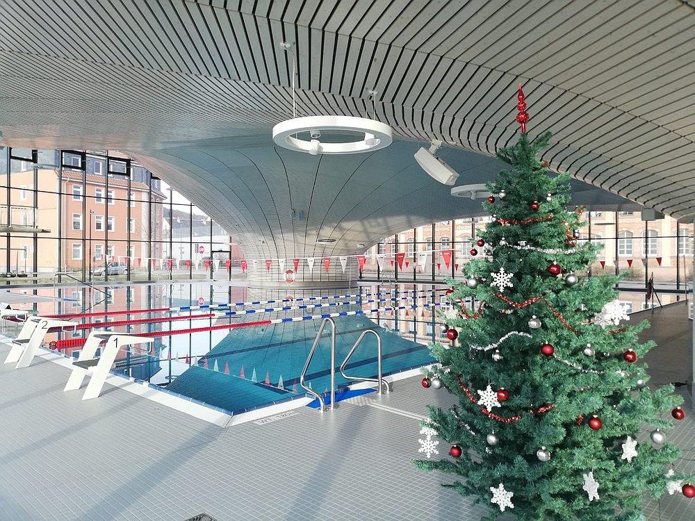 Schwimmhalle mit Weihnachtsbaum